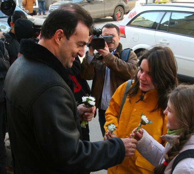 Primarul Sorin Apostu împarte flori de Dragobete