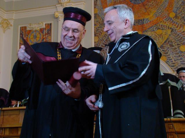 Andrei Marga îl premiază pe Mugur Isărescu