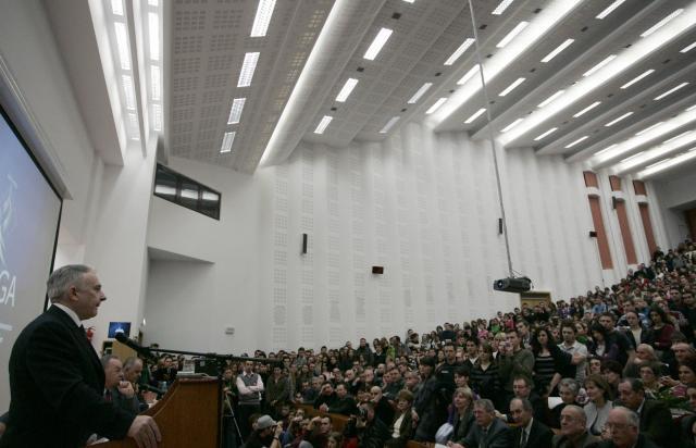 Mugur Isărescu vorbeşte în faţa audienţei