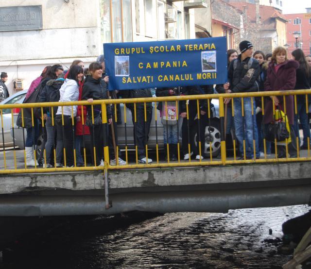 Elevii Grupului Şcolar de Chimie Industrială încearcă să salveze Canalul Morii