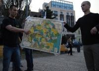Basarabenii din Cluj s-au întâlnit în Piaţa Avram Iancu în semn de solidaritate faţă de manifestaţiile de stradă din Chişinău