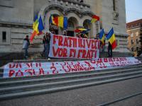 """Tineri membri ai Noii Drepte s-au alăturat flash-mob-ului anticomunist,  scandând """"Basarabia, pământ românesc"""" şi afişând mesaje precum """"Pasul 1: jos comunismul. Pasul 2: unirea cu România."""""""