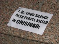 Aceştia au afişat pancarte cu mesaje în limba engleză cu scopul de a atrage atenţia statelor europene asupra necesităţii de a susţine cauza moldovenilor