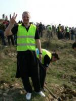 """Baschetbaliştii de la """"U"""" Mobitelco au contribuit la campania de plantare a arborilor iniţiată de Primăria Cluj-Napoca (Mihai Silvăşan foto stânga)"""
