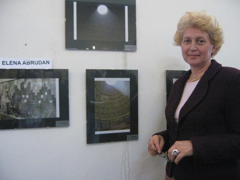 """""""În general sunt preocupată de artă și fotografie, iar prin acest vernisaj am expus ceea ce m-a impresionat în călătoriile mele"""", a explicat Elena Abrudan, șefa catedrei de jurnalism a Universității """"Babeș-Bolyai"""""""