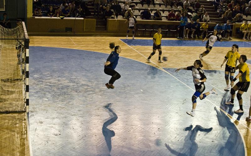 """Partida de handbal disputată ieri între studentele de la """"U"""" Jolidon şi formaţia Tomis Constanţa s-a finalizat cu o victorie frumoasă în palmaresul clujencelor"""