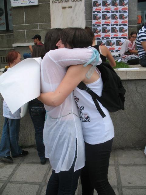 """Campania """"Îmbrățișări gratuite"""" s-a desfășurat astăzi la Cluj, cu scopul de a susține apropierea dintre oameni"""