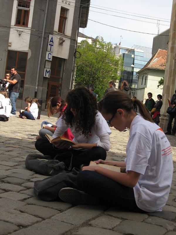 Organizaţia World Vision România, împreună cu liceeni clujeni, a lecturat astăzi timp de zece minute în Piaţa Muzeului, cu scopul de a  atrage atenţia tinerilor din mediul urban asupra dreptului la educaţie al copiilor de la sate