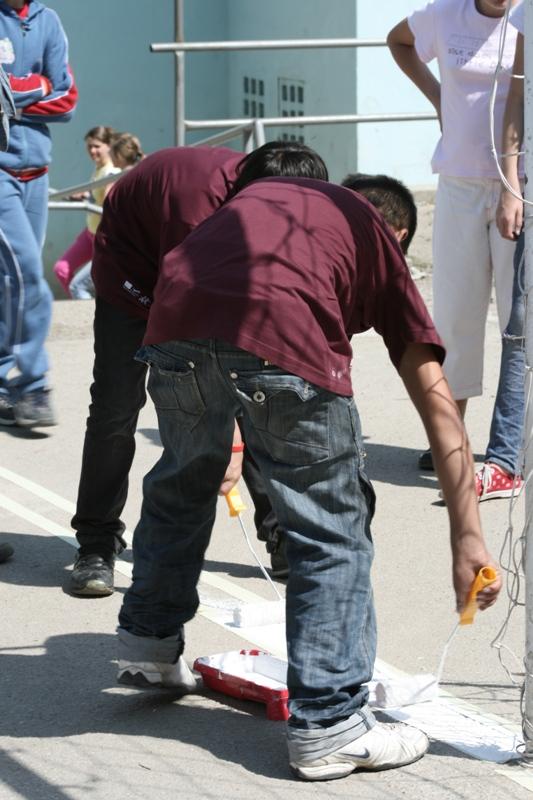 """10 tineri delincvenţi din cadrul Prison Fellowship Romania împreună cu alţi 10 voluntari ai Centrului de Voluntariat Cluj-Napoca au efectuat lucrări de reabilitare la şcoala """"Horea"""""""