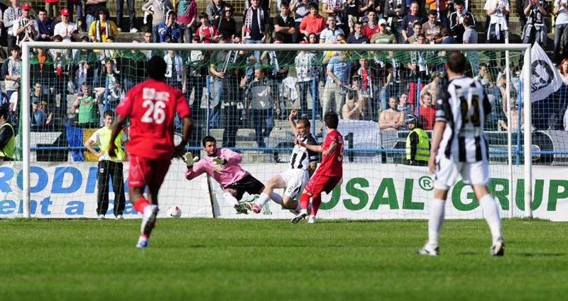"""Echipa de fotbal Universitatea Cluj va întâlni sâmbătă, în deplasare formaţia FC Bihor. În lupta pentru supravieţuire în Liga a II-a, meciul se anunţă  decisiv pentru """"studenţii"""" antrenaţi de Dorinel Munteanu"""
