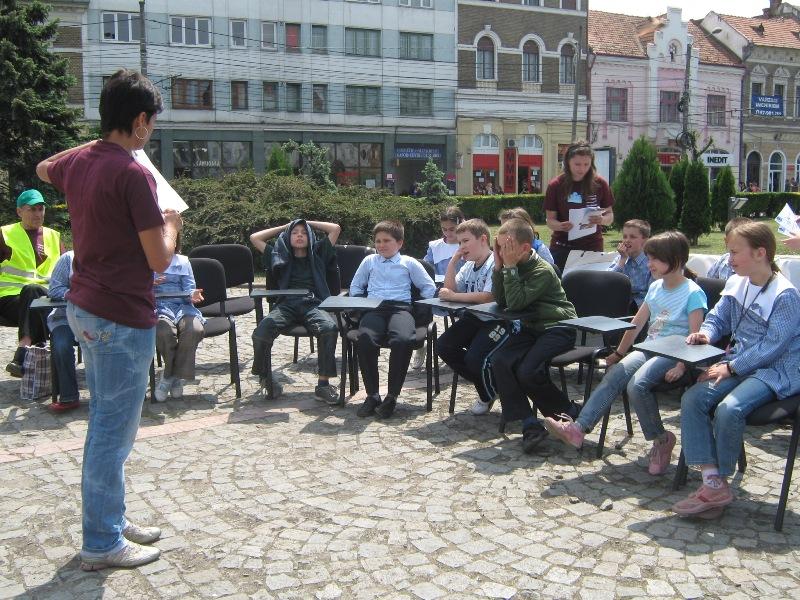 Explicatie foto: Centrul de Voluntariat Cluj-Napoca a organizat astăzi, în Piața Mihai Viteazu, lecții deschise pe tema siguranței în trafic