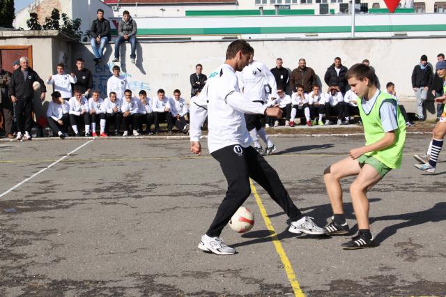 Fotbaliştii joacă împotriva artiştilor