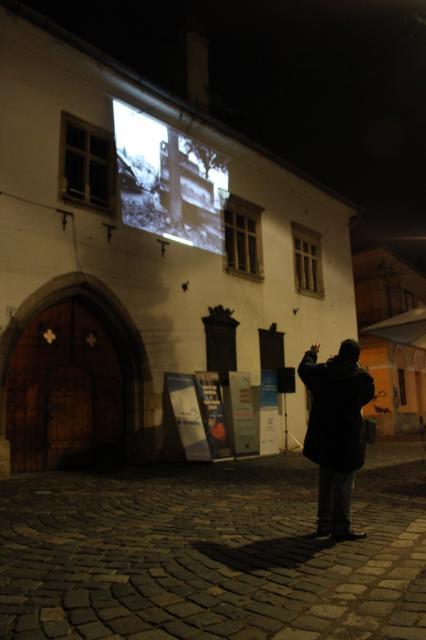 """Începând cu ora 19, pe zidurile Casei Matei a fost proiectat fotodocumentarul """"Istoria căderii Zidului Berlinului în imagini"""""""