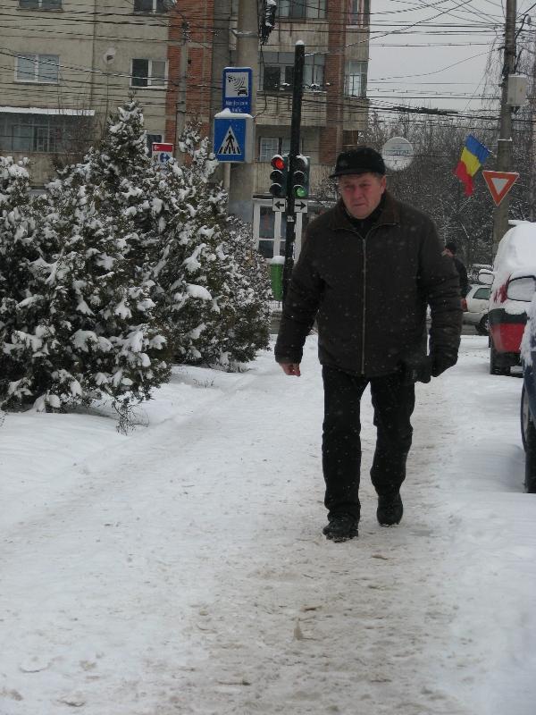 Proprietarii au obligația de curăța zăpada și gheața de pe trotuare