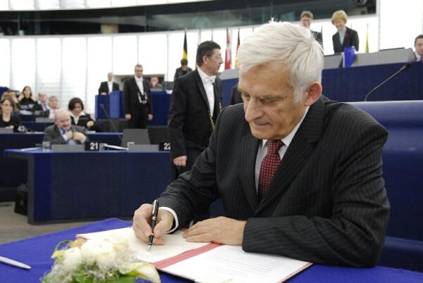Preşedintele PE, Jerzy Buzek, semnează bugetul UE pe 2010
