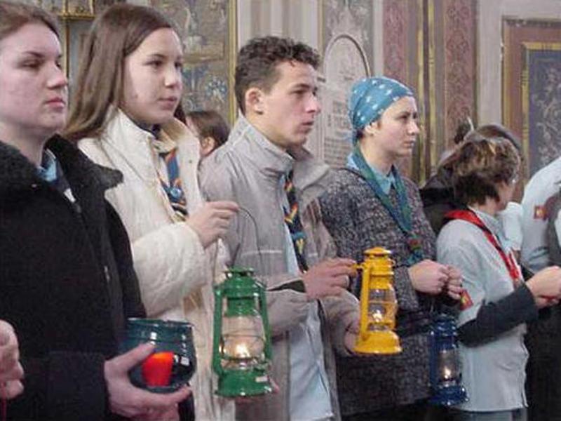 Cercetaşii oferă  Lumina Păcii de la Betleem