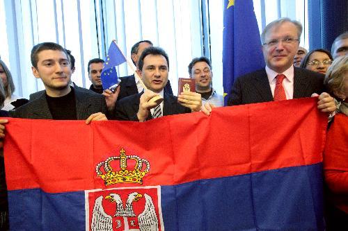 Comisarul european pentru Extindere, Olli Rehn primeşte primii cetăşeni sârbi care călătoresc fără viză