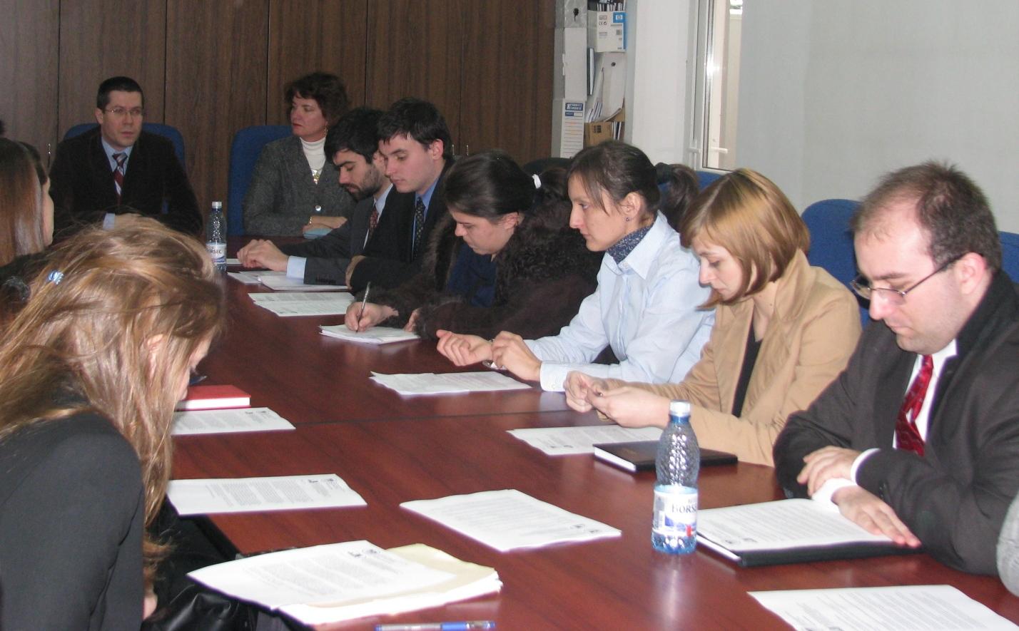 """Masteranzi de la Catedra de Administraţie Publică a Universităţii """"Babeş-Bolyai"""" și de la School of Urban Affairs & Public Policy a Universității din Delaware, SUA, au lucrat timp de două săptămâni la cercetări comune comparative. Acest program de cercetare şi schimb de experienţă se află deja la a doua ediţie, un grup similar de studenţi vizitând România în ianuarie 2008.  Fiecare echipă a avut o temă de cercetare stabilită în prealabil, care a fost îndelinită prin realizarea unor interviuri cu persoane din instituţii relevante – administraţia publică locală şi judeţeană, structuri deconcentrate, ONG-uri, etc. """"Cercetările efectuate de grupurile mixte de studenți au început cu teme referitoare la politici educaționale, de exemplu descentralizarea în educație, descentralizarea în sănătate și managementul în domeniul sănătății publice, transparența și accesul la informațiile publice, și alte teme de interes atât pentru România cât și pentru Statele Unite ale Americii."""", a declarat Dacian Dragoș, prodecanul Facultății de Științe Politice, Administrative și ale Comunicării.  La sfârşitul stagiului, echipele vor prezenta cercetările, ce mai apoi vor fi incluse într-o carte.  Mara Rusu"""