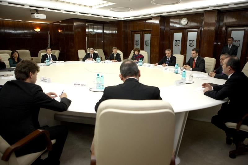 Primul-ministru Emil Boc şi ministrul Finanţelor Publice, Sebastian Vlădescu au discutat astăzi cu delegaţia Fondului Monetar Internaţional (FMI), Comisiei Europene (CE) şi Băncii Mondiale (BM).