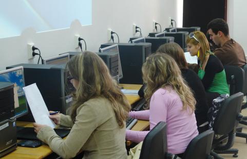 Elevii claselor a XII-a susţin simularea probei de evaluare a competenţelor digitale