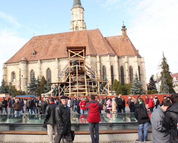 Grupul statuar Matei Corvin va fi acoperit temporar cu o structură metalică