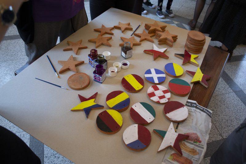 """Elevii Liceului de Arte Vizuale """"Romulus Ladea"""" pictând obiecte ceramice."""