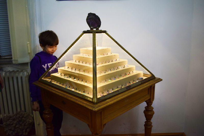 Copil admirând o colecție de nestemate – geme prelucrate