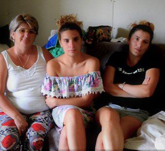 Greta, Carmen și Andrada (de la stânga la dreapta) stau și povestesc în sufrageria aproape finalizată din casa părintească.