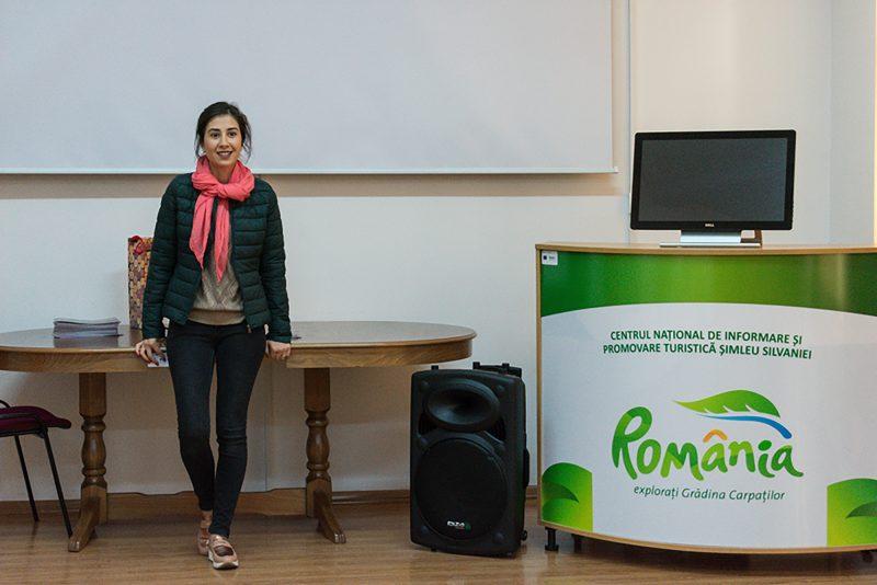 Elena Cocoru agent de turism în cadrul CNIPT, le vorbește studenților despre atracțiile turistice din Șimleul Silvaniei.
