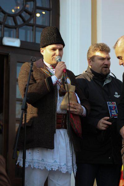 Reprezentatul Hunedoarei în timp ce se prezenta și le ura la mulți ani românilor