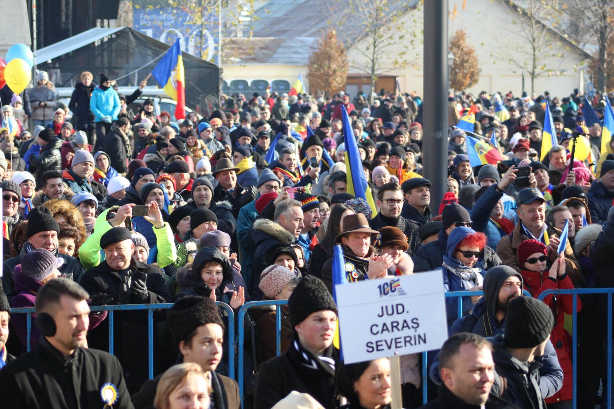 Mulțimea de oameni a asistat curioasă la ceremonial, aplaudând fiecare moment în parte