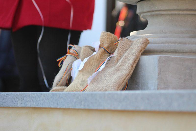 Sacii goliți au fost așezați în fața bolului, în semn de unire aproape realizată