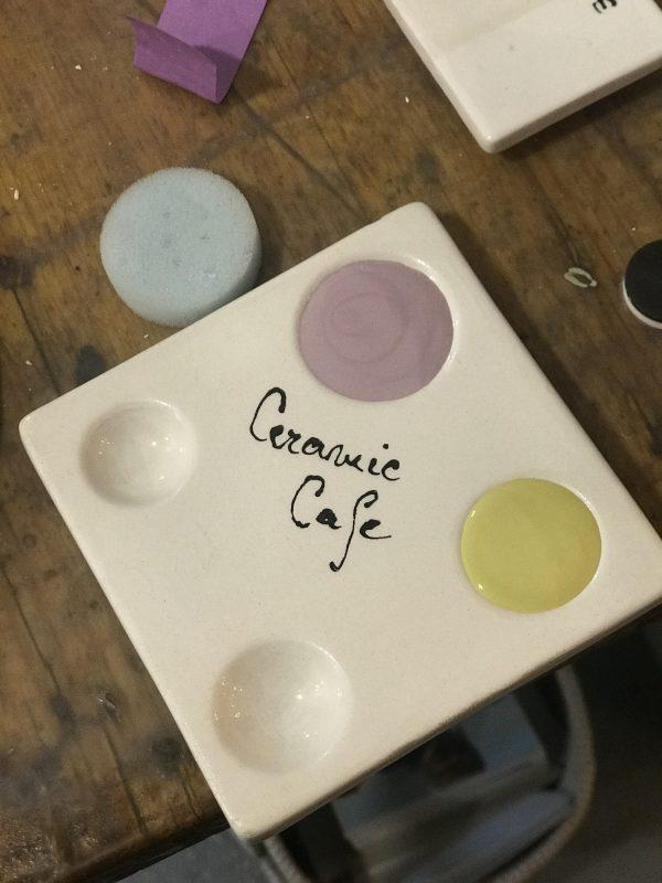 Pentru a amesteca culorile între ele, pentru a obține nuanțe noi, sunt pregătite mai multe palete speciale pentru așa ceva.