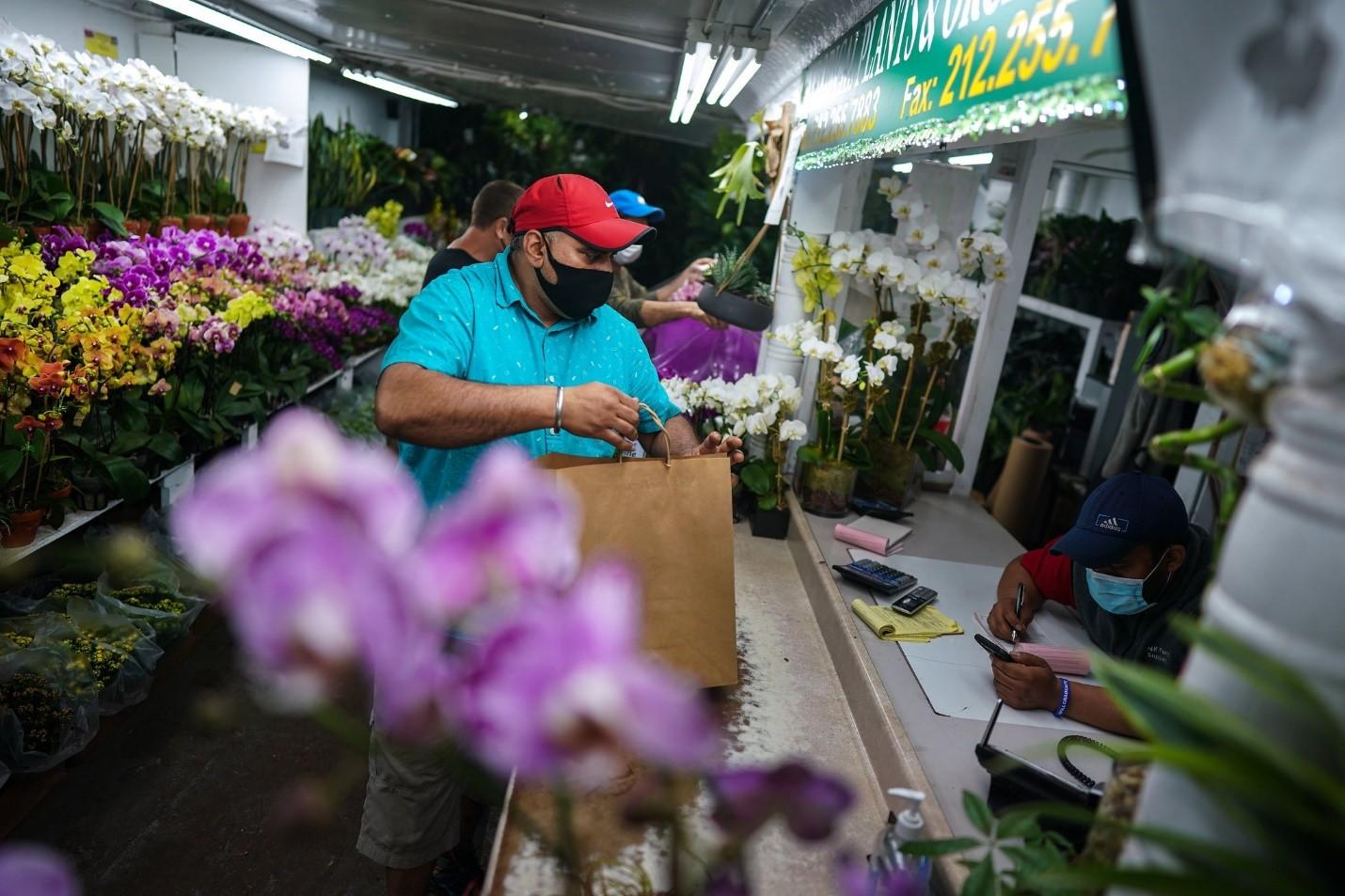 Ashok Kumar și-a redeschis florăria din Manhattan luni dimineață. Sursă foto: Chang W. Lee/The New York Times