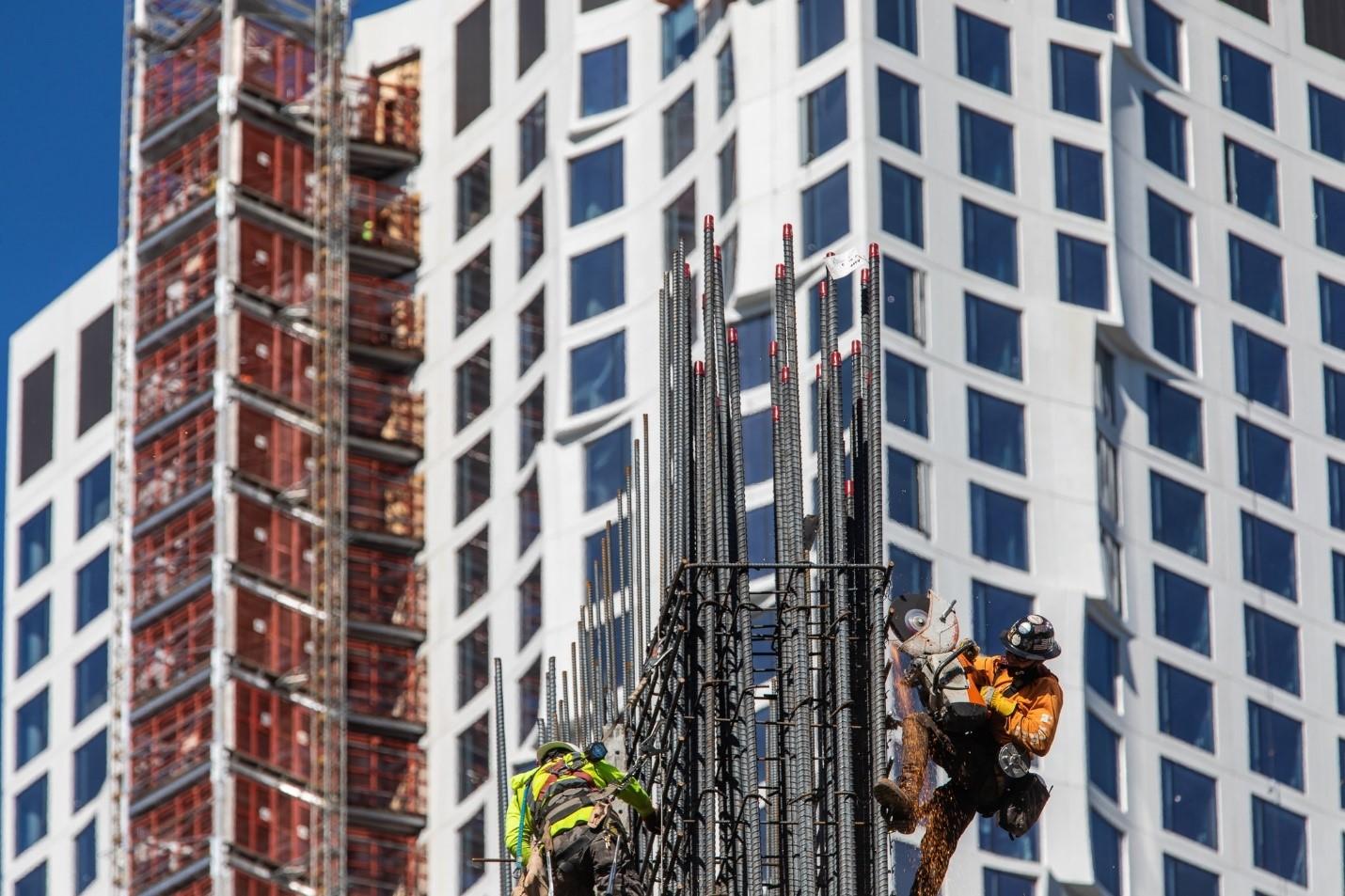 Și muncitorii s-au întors pe șantiere pentru a continua proiectele nefinalizate de la începutul carantinei. Sursă foto: Demetrius Freeman/New York Times