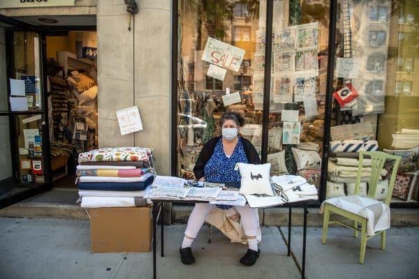 Tracy Morse, așteptând clienți în fața magazinului pe care îl deține. Sursă foto: Brittainy Newman/The New York Times