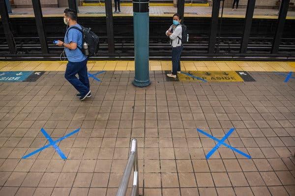 Bandă adezivă albastră a fost pusă pe jos pentru a-i ajuta pe oameni să mențină distanțarea socială. Sursă foto: Brittainy Newman/The New York Times