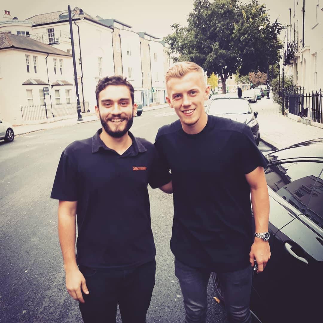 Dragoș Căvășdan (stânga) alături de James Ward-Prowse (dreapta), căpitanul echipei Southampton FC, component al naționalei Angliei.