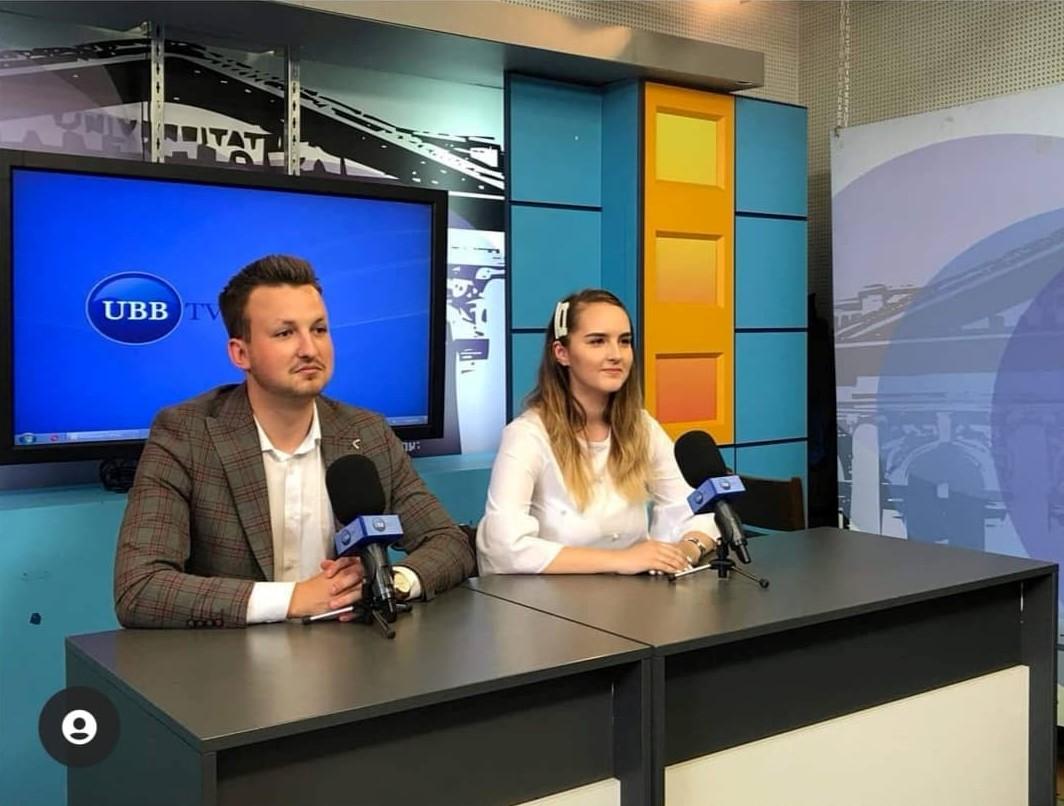 Răzvan Dan în studioul UBB TV, prezentând jurnalul de știri.