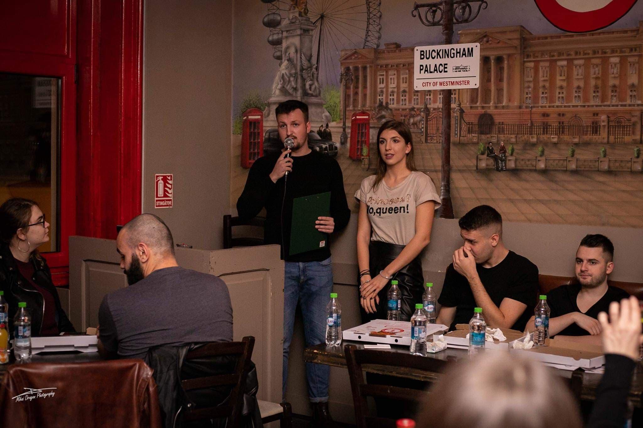 Răzvan Dan în calitate de moderator al unui eveniment, prin intermediul căruia a realizat un interviu live.