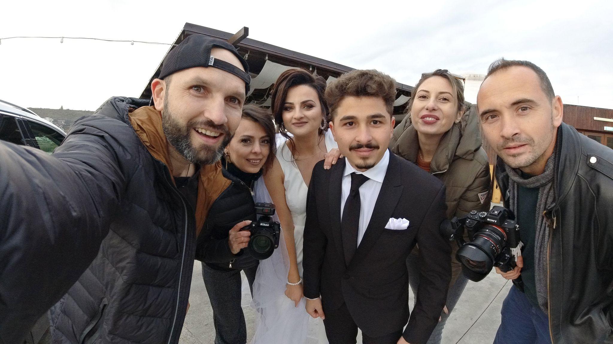 Alin Mihăiță (stânga) în calitate de fotograf la un eveniment.